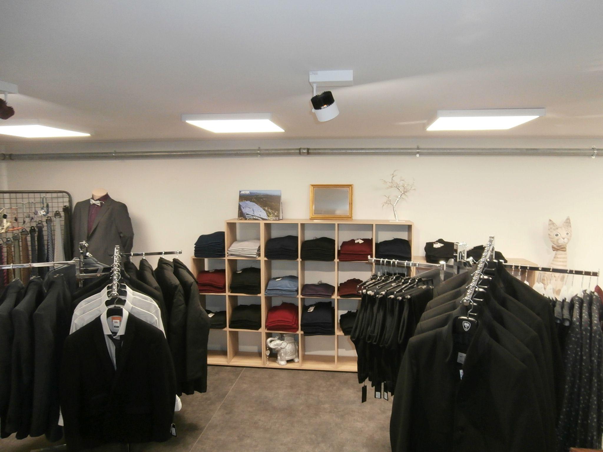 Magasin de vêtements homme au Gua (17)